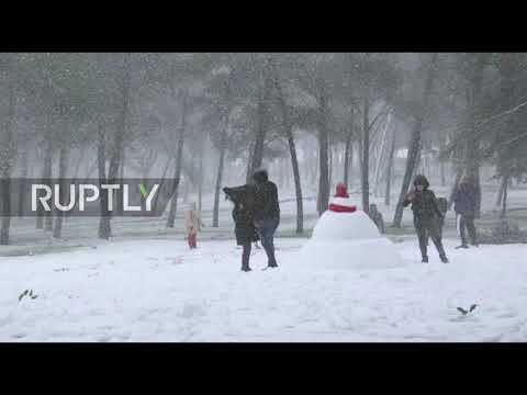 Libya: Locals make the most of it as al-Bayda sees first snow in over decade
