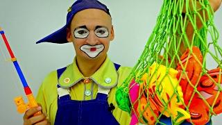 Vídeos graciosos para niños. 🐟 ¡PAYASO Andrés va a pescar! Funny Clowns in Spanish