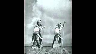 Katka Karolyová a Patrícia Bošeľová - Hriabaj, že len, hriabaj (Slovak Meadow Songs)