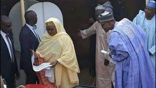 Anga Buhari yana leka takardar zaben matarsa dan ya tabbatar shi ta zaba