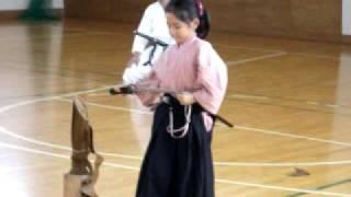 小学生女の子による 試斬試合 藁斬り thumbnail