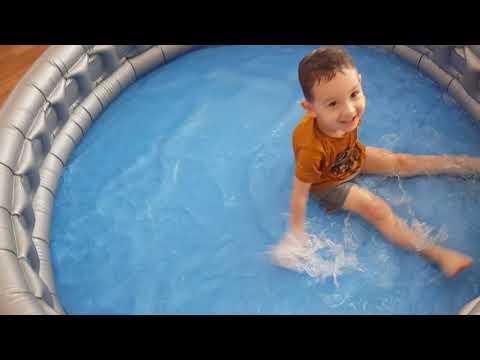 Ali Uras Kalıpları Havuzdan Topladı. Havuzda Çok Eğlendi. Havuzda Eğlenceli Çocuk Videosu