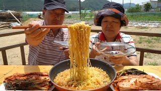 파김치와 잘 익은 김치, 계란 탁!! 후루룩 삼양라면 …