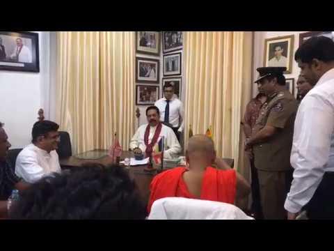 පොලිස්පති පුජිත නව අග්රාමාත්ය මහින්ද රාජපක්ෂ හමුවේ - Mahinda Rajapakse met Police IGP Pujitha