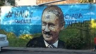 Путиных опять испортили. Два портрета в Керчи залиты краской.