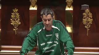 François Ruffin porte un maillot de foot à l'Assemblée National pour soutenir le sport amateur