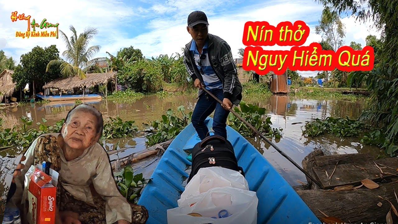 Hưng An Giang nín thở khi bơi chiếc xuồng siêu nhỏ qua nhà bà cụ 90 tuổi