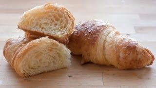 Croissant bagt på smør og pain au chocolat