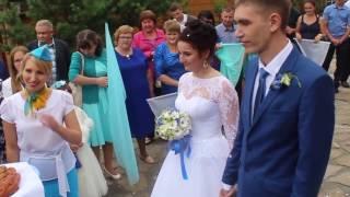 Приезд молодожёнов на лимузине к своим гостям отмечать свою свадьбу