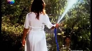 Hulya avsar kendini ıslatıyor (herseyi gözükuyor)
