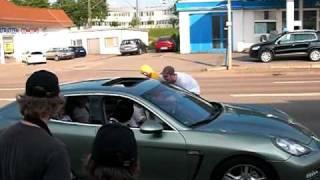 Sex auf der Motorhaube von Porsche Panamera