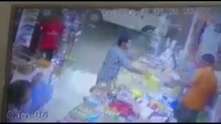 بالفيديو.. شخص يتصرف بغرابة ويعتدي على عامل بقالة ويرميه بالأغراض