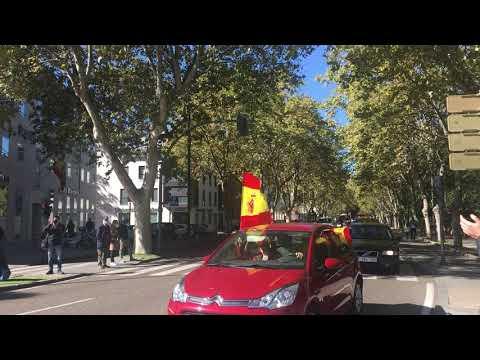 Cientos de coches con banderas de España toman las calles del centro de Valladolid