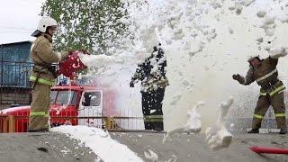 Взорвался пожарный рукав или пенная вечеринка на учениях(Вот так бывает, если пожарный рукав передавить и дать максимальный напор подачи пены. Главное то, что все..., 2015-05-21T11:14:22.000Z)