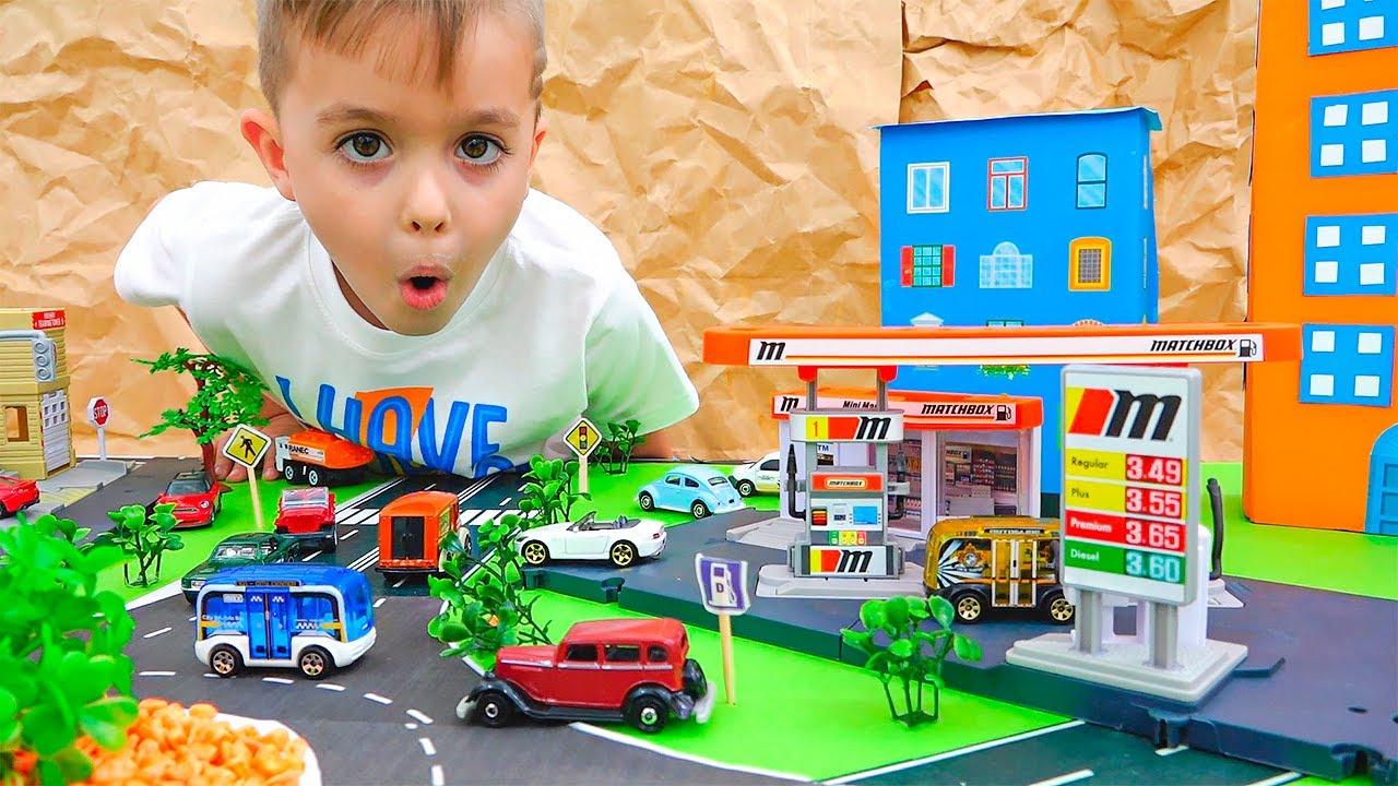 فلاد ونيكي اللعب مع لعبة سيارات وبناء علبة الثقاب مدينة