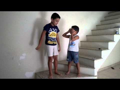 Duas crianas cantando VAGALUMES - Pollo