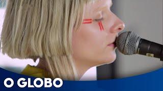 Aurora grava 'Forgotten love' no estúdio do Globo