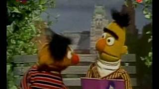 Bert & Ernie - Bert leest voor uit zijn duivenmoppenboek