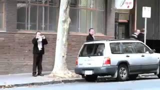 Cet homme pète un câble et explose sa voiture.