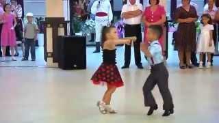 Мальчик и девочка танцуют Low)(, 2013-10-10T13:32:09.000Z)