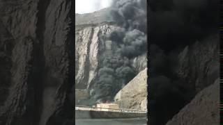 """فيديو وصور: انقلاب ناقلة وقود وتفحم قائدها بـ""""شعار عسير"""".. والمدني يسيطر"""