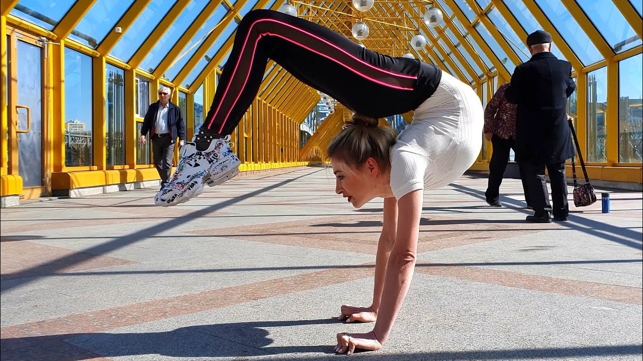 Handstand training on the bridge. Contortionist Alesya.
