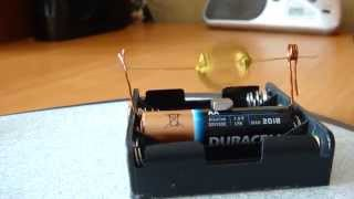 Простейший самодельный электродвигатель.(В этом видео я покажу как сделать самодельный электродвигатель. Данный электромотор работает от 1 пальчико..., 2015-03-31T10:29:06.000Z)