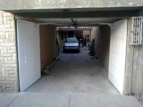 Puerta autom tica abatible hacia adentro sin espacio a los for Puertas que abren hacia afuera