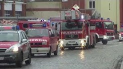 Weihnachtsumzug mit der Freiwilligen Feuerwehr und festlich geschmückten Fahrzeugen