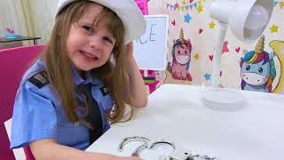 ईव बच्चों के लिए पुलिस खेलने का नाटक करता है