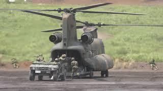 平成30年度富士総合火力演習に於いて高機動車を空輸してきたJAチヌーク...