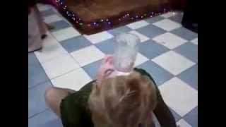 Прикольный акробатический трюк со стаканом на свадьбе