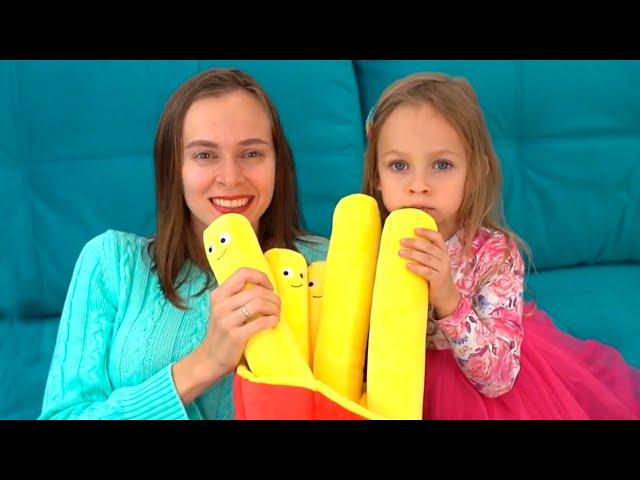 Майя и мама распаковывают коробки с игрушками