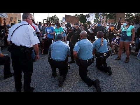 ABD'de polis memurları 'polis şiddetine' karşı protestolara diz çökerek destek verdi