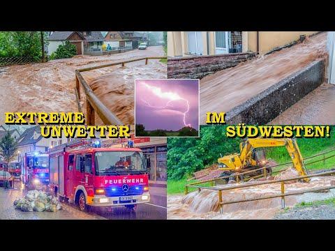 [Extremes Unwetter sorgt für Überflutung] Reißender Fluss strömt durch Straße   Feuerwehr im Einsatz