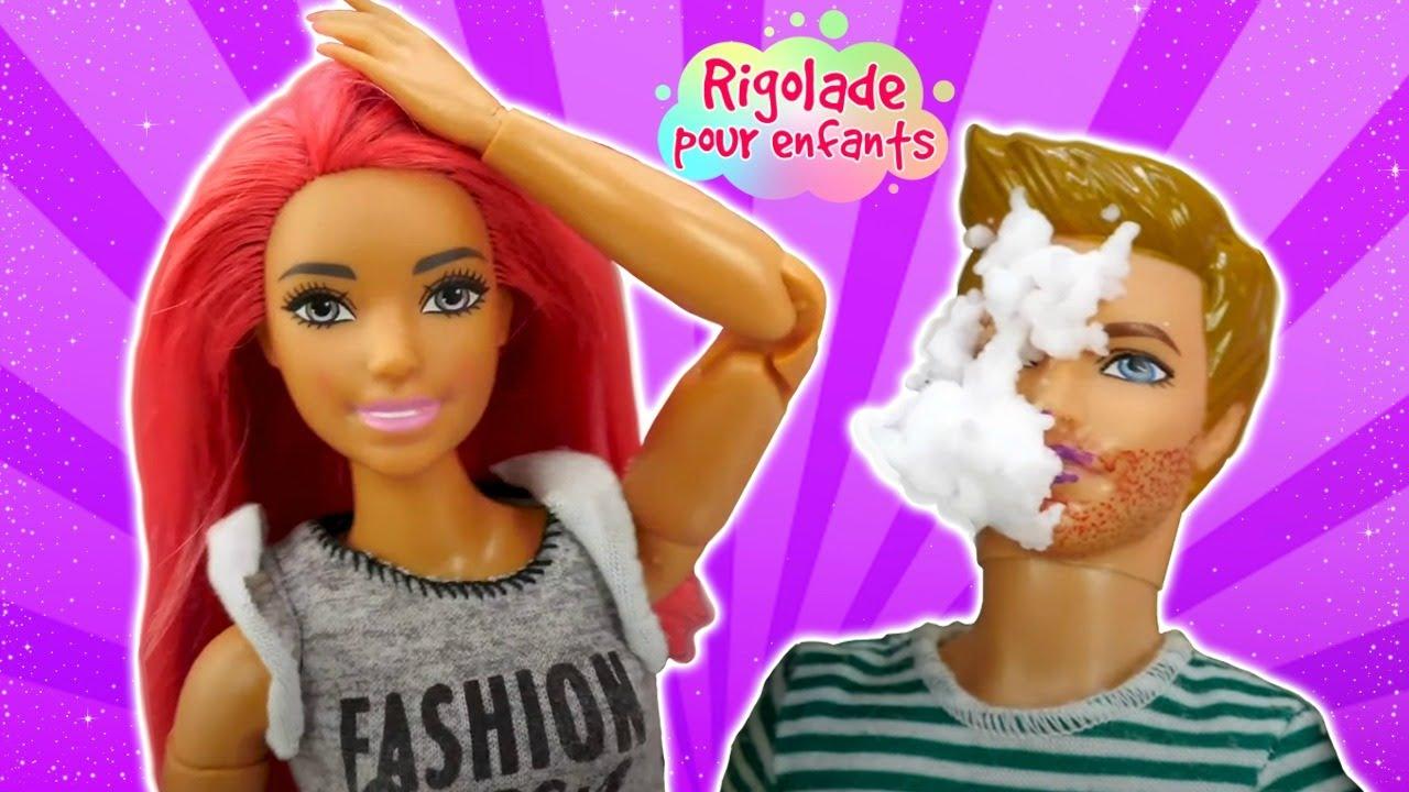 La mime drôle dans le salon de beauté pour les poupées. Vidéo avec Barbie et les autres.