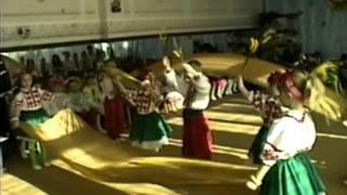 Красивый танец с тканью и колосками