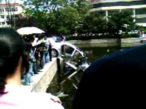 三元湖掉进一辆车