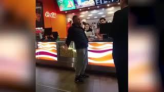 Мужчину возмутило, что в кинотеатре его заставляют смотреть перед фильмом рекламу