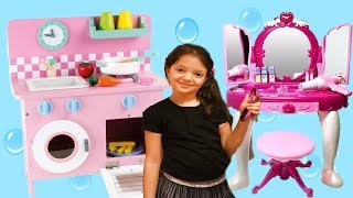 ARKADAŞIMIZ DA MAKYAJ MASASI VE YENİ MUTFAKLA OYNADIK - Kidkraft Kids Toy Kitchen Review and Cooking