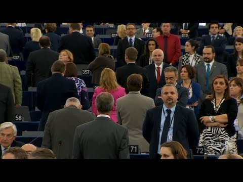 Farage and eurosceptics turn their backs on European anthem at Parliament's opening