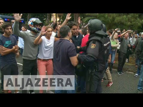 Catalonia referendum: Voters confront police in Barcelona