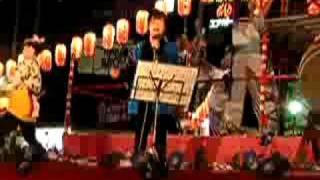 """ゲストの五条哲也さんの唄で""""きよしのドドンパ""""熱唱。 後方櫓では婦人部..."""