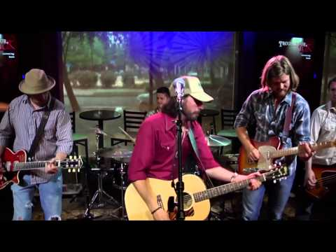 Micky & the Motorcars perform