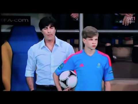 Joachim Löw schlägt einem Balljungen Ball aus der Hand