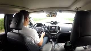 شاهد: هاكر يخترق نظام جيب شيروكي ويتحكم في عجلة قيادتها