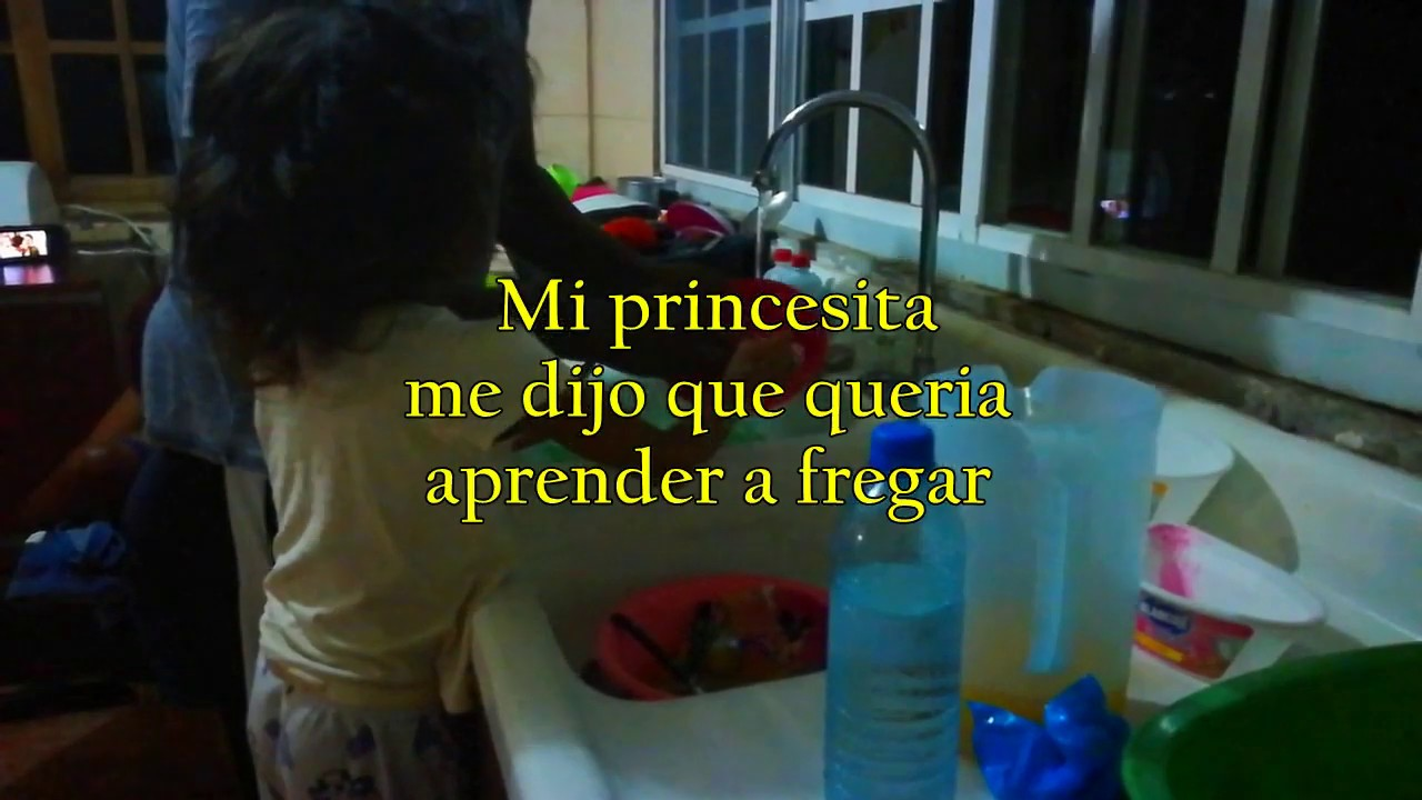 Fregando, mi princesa quería aprender a fregar.