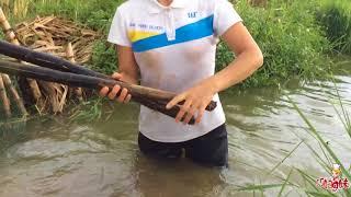 农村美女地里干活意外发现水里有异物,立马跑回家拿网来捉!