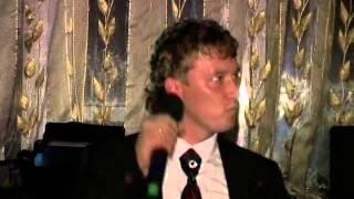Жених поёт для своей невесты.mp4