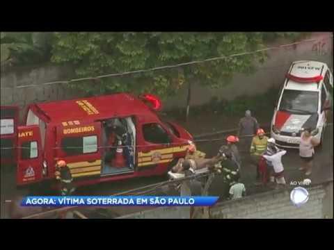 Corpo de Bombeiros salva homem soterrado